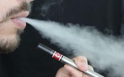 Το άτμισμα έχει τις διπλάσιες πιθανότητες να βοηθήσει στη διακοπή του καπνίσματος από τις τσίχλες νικοτίνης.